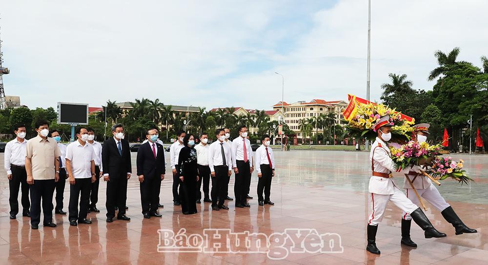 Các đại biểu dâng hoa tại Tượng đài Tổng Bí thư Nguyễn Văn Linh