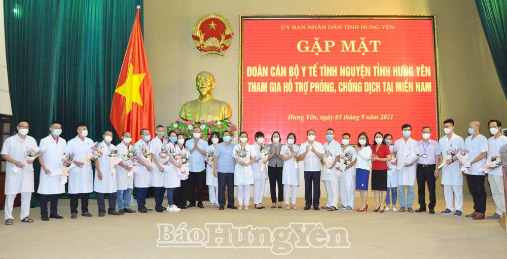 Đồng chí Chủ tịch UBND tỉnh Trần Quốc Văn trao quà, tặng hoa các thành viên trong đoàn