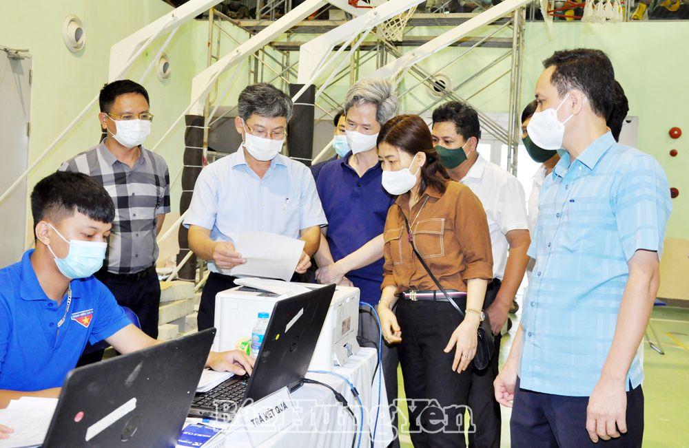 Đồng chí Nguyễn Duy Hưng, Phó Chủ tịch UBND tỉnh, Phó Trưởng ban Thường trực Ban Chỉ đạo phòng, chống dịch Covid-19 tỉnh kiểm tra công tác tổ chức tiêm vắc xin phòng Covid-19