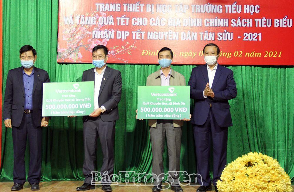 Ngân hàng Vietcombank chi nhánh Hưng Yên tặng quỹ Khuyến học 2 xã Đình Dù và Trưng Trắc