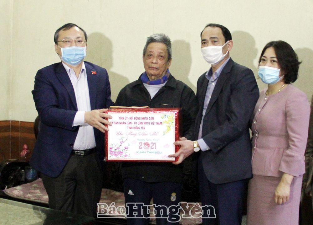 Đồng chí Bí thư Tỉnh ủy Đỗ Tiến Sỹ tặng quà ông Nguyễn Văn Nhân ở xã Trưng Trắc (Văn Lâm)