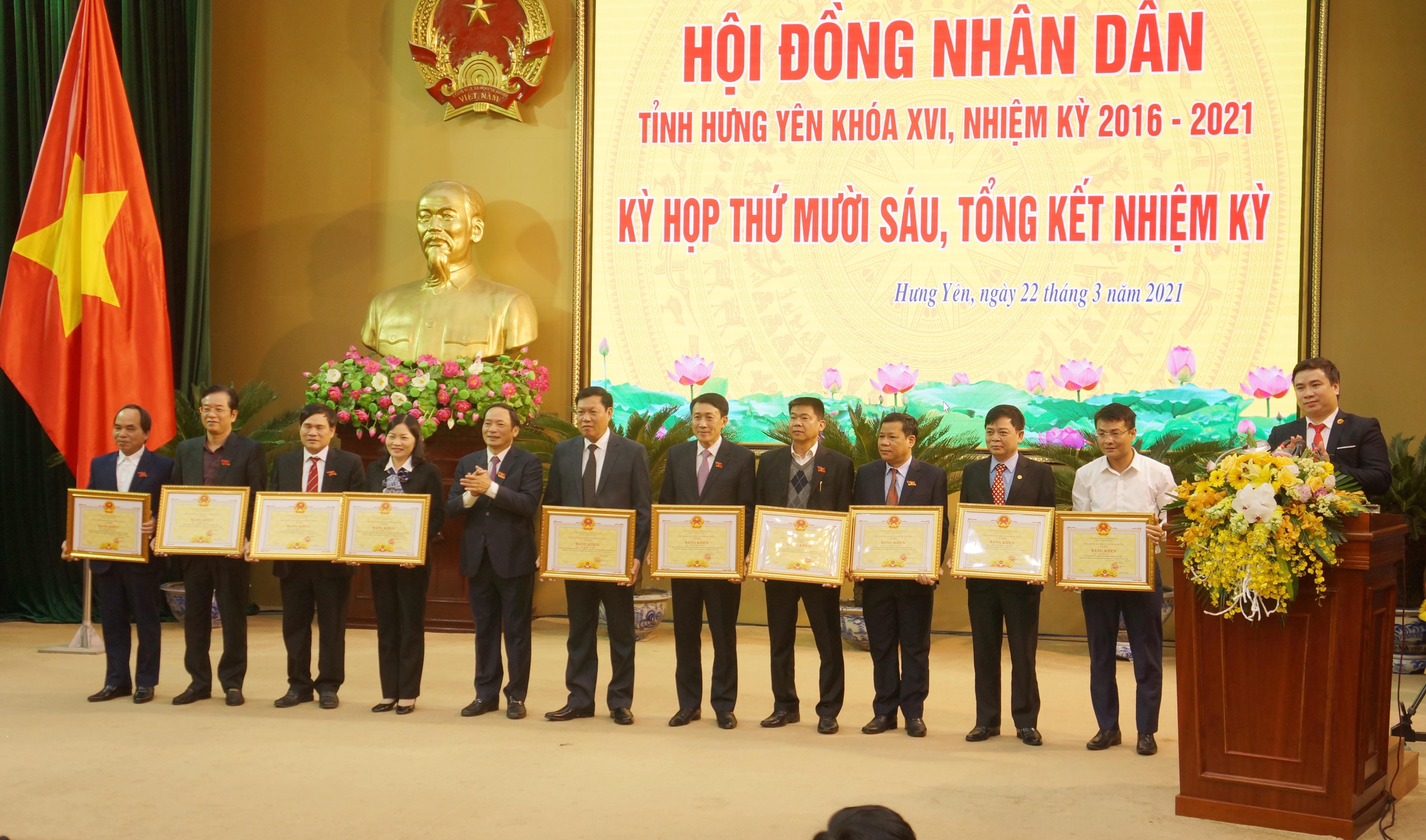 Chủ tịch UBND tỉnh Trần Quốc Văn trao tặng Bằng khen của Chủ tịch Ủy ban nhân dân tỉnh cho 10 cá nhân có thành tích xuất sắc trong hoạt động của Hội đồng nhân dân tỉnh khóa XVI, nhiệm kỳ 2016-2021.