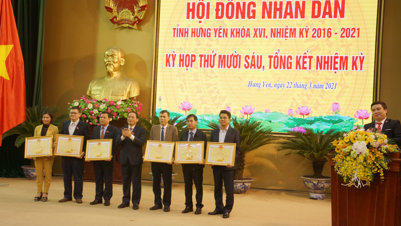 Chủ tịch UBND tỉnh Trần Quốc Văn trao tặng Bằng khen của Chủ tịch Ủy ban nhân dân tỉnh cho 07 tập thể có thành tích xuất sắc trong hoạt động của Hội đồng nhân dân tỉnh khóa XVI, nhiệm kỳ 2016-2021.